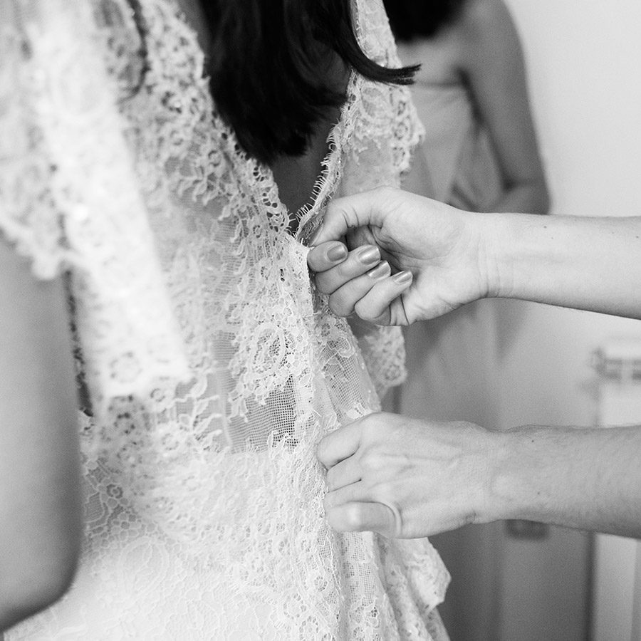Bride's preparation. Wedding dress. Wearing the dress. black and white. Vale Da Teja. Portugal. Layer Photography. Alepa Katerina