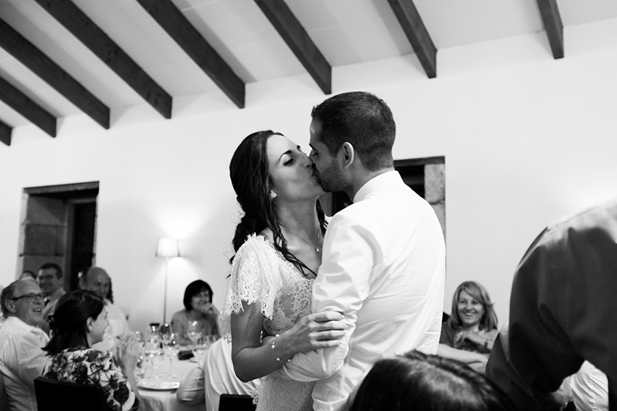 Love and married. A kiss before the dinner. Happy couple. Wedding dinner. Quinta Vale De Locaia Lamego . Portugal