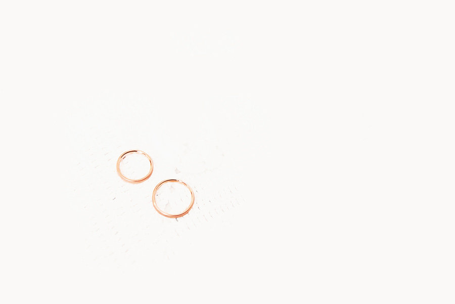 The wedding rings, Portugal. wedding. gold rings. groom and bride. Alepa Katerina . Layer Photography
