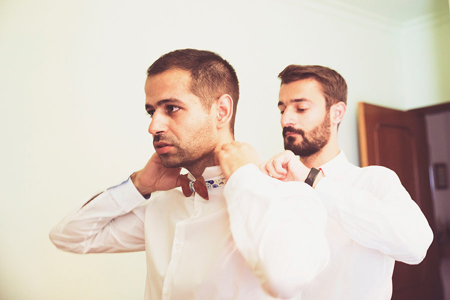 Groom's portrait. Groom's preparation. Friends helps the groom. Vale Da Teja. Portugal. Layer Photography. Alepa Katerina